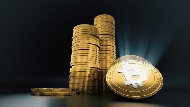 Moneda dorada BTC fondo oscuro