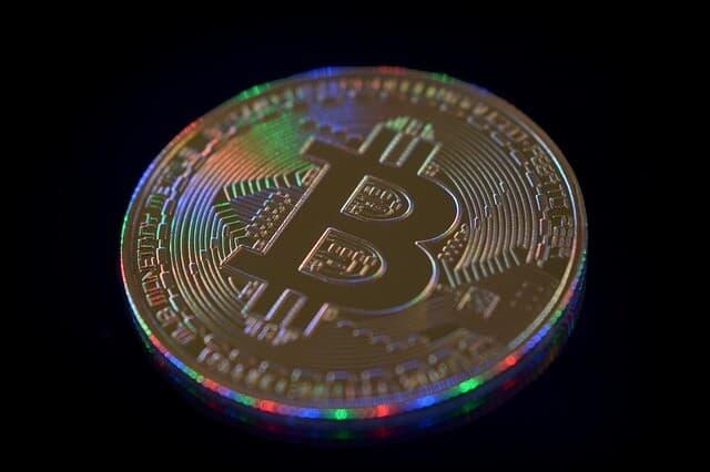 Gouden munt BTC kleurrijke lichten